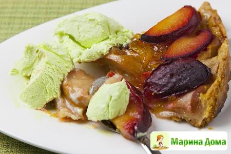 Пирог с яблоками, сливами, коньяком и ванильным мороженым (пошаговый рецепт ...