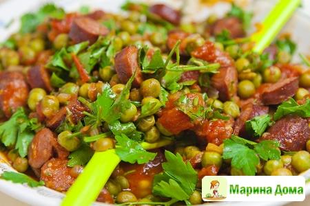 Зеленый горошек с охотничьими колбасками