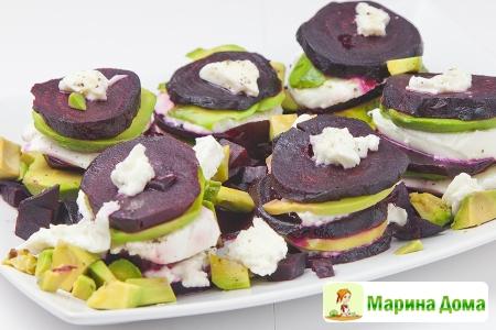 Канапе (мильфей)  из свеклы, авокадо и моцареллы