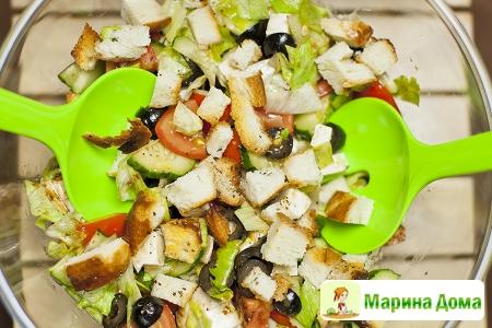 Салат с фетой, крутонами и помидорами