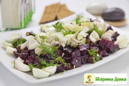 Салат из свеклы с каперсами, укропом и яйцами