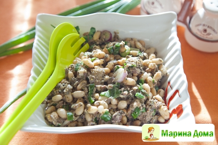 Салат из фасоли с тунцом и тапенадой