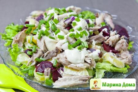 Салат из копченой скумбрии со свеклой и картофелем