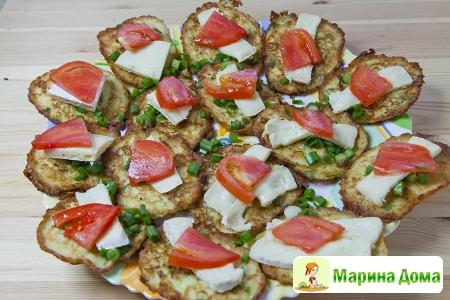 Оладьи из кабачка с сыром бри и помидорами