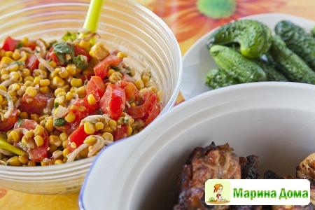 Салат с помидорами и кукурузой