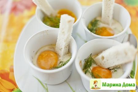 Яйца кокот с копченой семгой