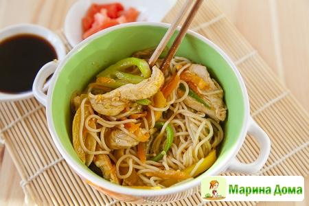 Курица-карри с рисовой лапшой и овощами