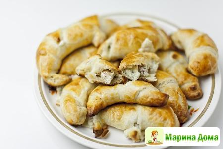 Рогалики из слоеного теста с моцареллой, рикоттой и салями
