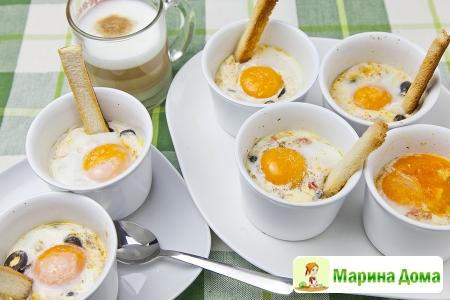 Яйца кокот в средиземноморском стиле