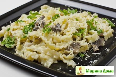 Лапша с грибами, беконом и чесночным сливочным соусом