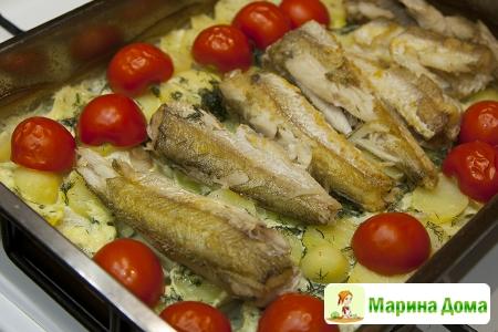 Рыба,  запеченная с картофелем помидорами и укропом