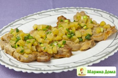 Свиная корейка с ананасом и луком