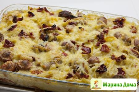 Запеканка с макаронами, помидорами, колбасками и сыром
