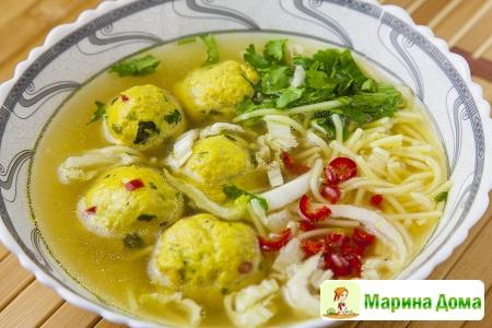 Суп с фрикадельками, куркумой и лапшой