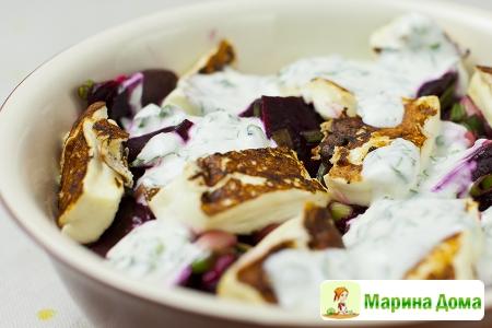 Салат из свеклы, халуми и фасоли