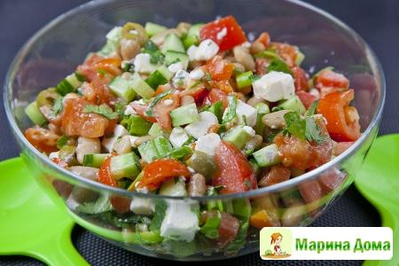 Салат с фасолью, огурцом, помидорами и сыром фета