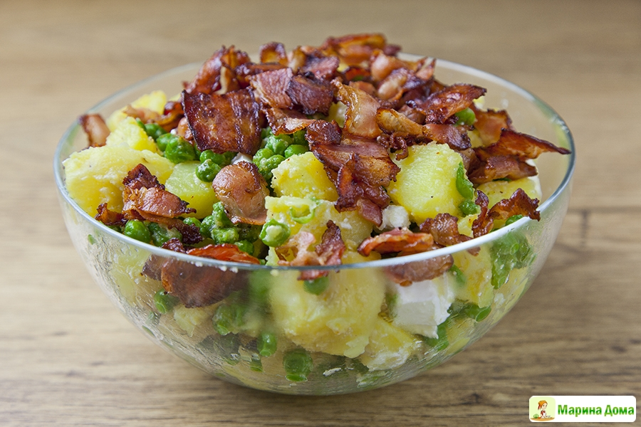 Теплый салат из картофеля с беконом и перепелиными яйцами