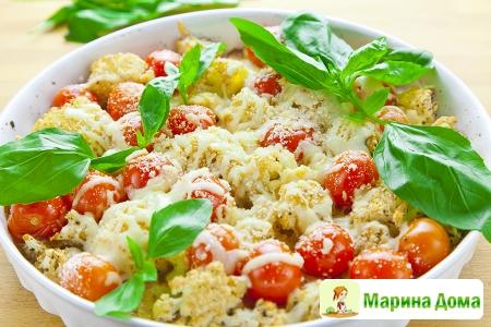 Цветная капуста, запеченная с помидорами и моцареллой
