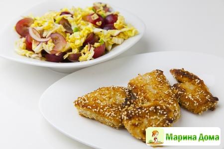 Куриные грудки в кунжуте и салат с виноградом