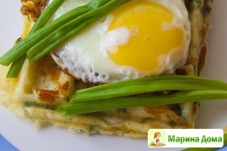 Замечательный завтрак – картофельные вафли с яичницей