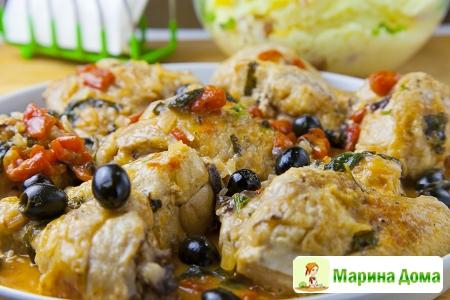 Тушеная курица с белым вином и маслинами