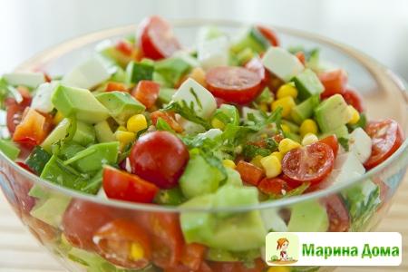 Салат из овощей, кукурузы и авокадо с фетой