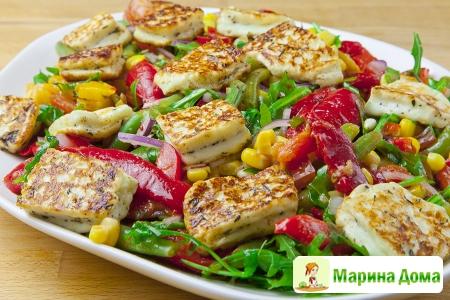 Салат с халуми, кукурузой, перцем