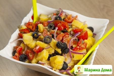 Салат из картофеля с помидорами и маслинами