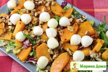 Салат из тыквы, с орехами и моцареллой
