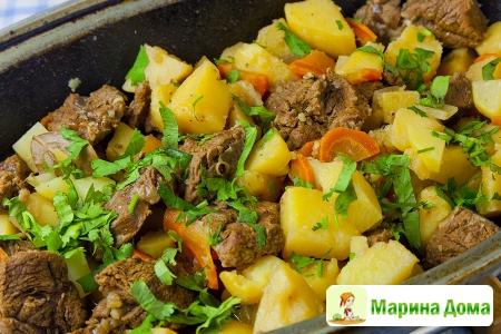 Жаркое из говядины с сидром, картофелем и репой