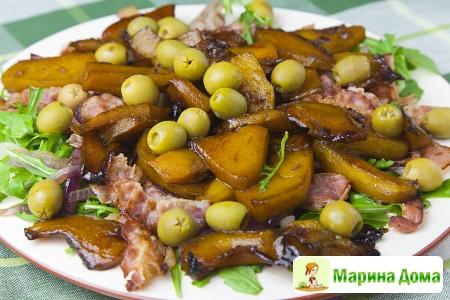 Салат с тыквой, оливками, луком и беконом