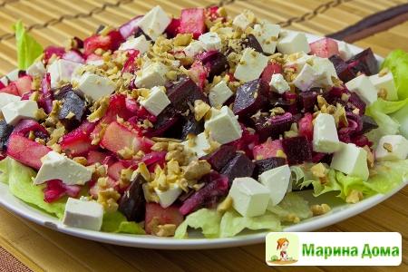 Салат из свеклы с яблоком, маринованным луком и фетой
