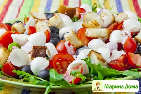 Салат с маслинами, зеленью, помидорами и сыром