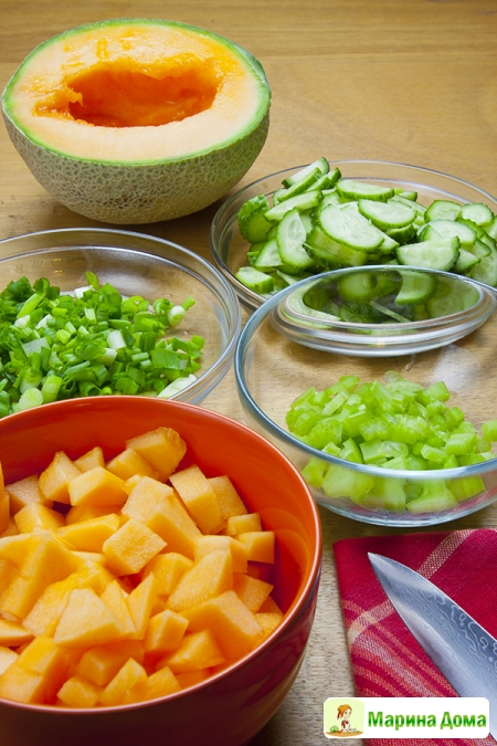 Салат из семги с дыней, мятой и огурцом Пошаговый рецепт