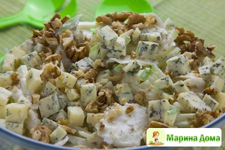 Салат из сельдерея с грецкими орехами и голубым сыром